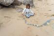 jeunes fille jouant avec des galets sur la plage