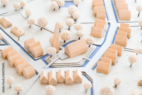 Montage in der Fensternische Darknightsky Städtebauliches Modell aus Holz und Karton einer Ortsmitte mit Häusern, Park und Kirche
