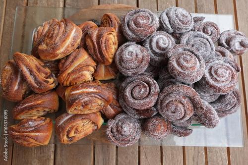 Photo Pâtisseries finnoises à base de cannelle et de cardamome nommées Korvapuusti
