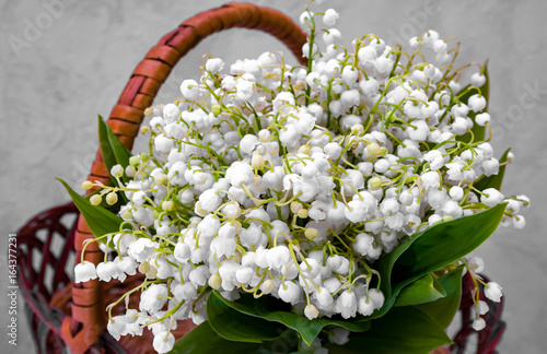In de dag Lelietje van dalen Bouquet of white little flowers in the basket
