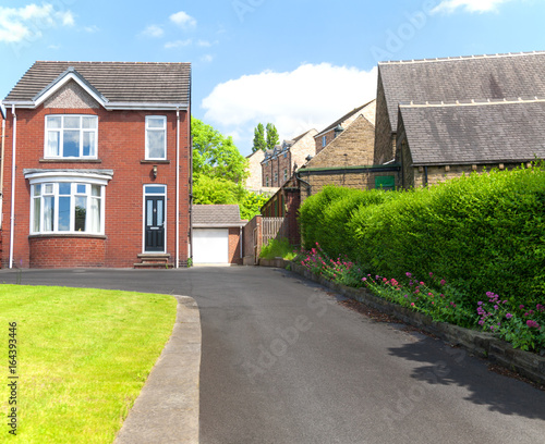 Cuadros en Lienzo  Typical english single family house built of red bricks, with a large driveway