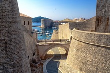 Stadtmauer Dubrovnik Mit Blick...