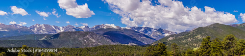 Foto op Plexiglas Landschappen Sunny Valley. Scenic panorama of the Rocky Mountains