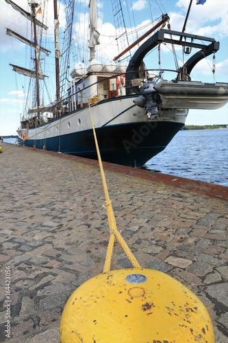 Fotografie, Obraz  Segelschiff und gelber Poller
