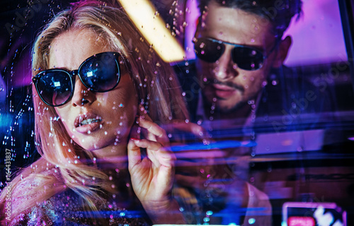 Photo  Attractive celeb couple watching the city nightlife