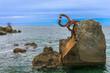 Hermosa vista del mar a través del hierro oxidado