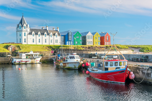 The colorful buildings of John O'Groats in a sunny afternoon, Caithness county, Scotland Fototapet