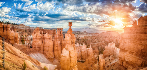 Montage in der Fensternische Bekannte Orte in Amerika Bryce Canyon National Park at sunrise with dramatic sky, Utah, USA