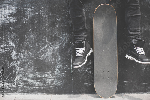 Photo  Legs in sneakers at the skateboard