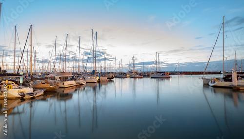 Fotografia Nightfall at the idyllic tourist and sailing resort of Yarmouth on the Isle of W