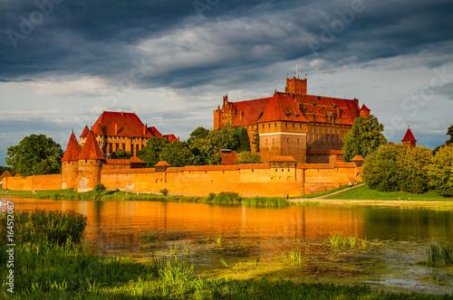 Obraz Marienburg an der Nogat in der Abendsonne; Polen - fototapety do salonu