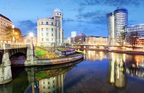 Plakat Austria, Nowoczesny Wiedeń z kanałem Dunaju w nocy, Wiedeń