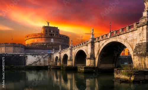 Zdjęcie XXL Mauzoleum Hadriana, zwykle znane jako Zamek Świętego Anioła (Castel Sant Angelo) i most Ponte Sant'Angelo, górujący budynek cylindryczny w Parco Adriano, Rzym, Włochy