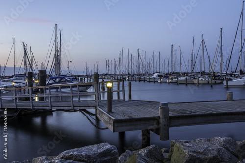 Fotografía  Schiffe im Hafen von Warnemünde an der Ostsee im Sonnenuntergang
