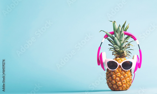 Poster Magasin de musique Pineapple with headphones and glasses on a bright background