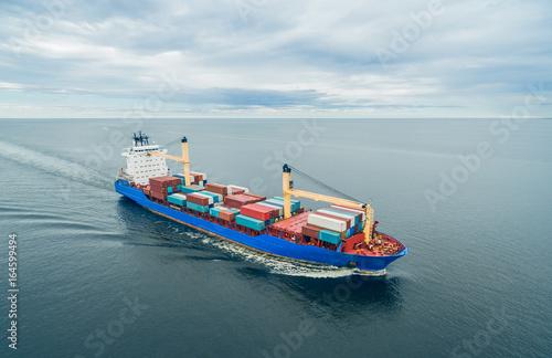 Plakat Kontenerowiec pływający po otwartym morzu