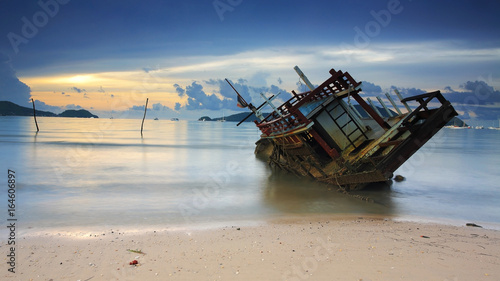 Foto auf AluDibond Schiff Seascape with Wreck ship at sunrise