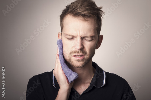 Fotografía  Man with swollen jaw after professional removal of wisdom teeth
