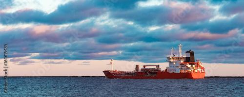 Valokuva  Red oil tanker