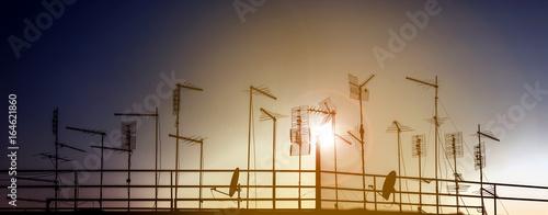 Skyline urbano con silhouette di antenne Tablou Canvas