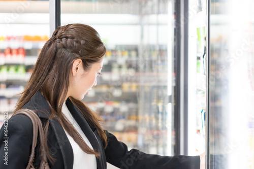 Fotografie, Obraz  女性・スーパーマーケット(コンビニエンスストア)・飲料売り場