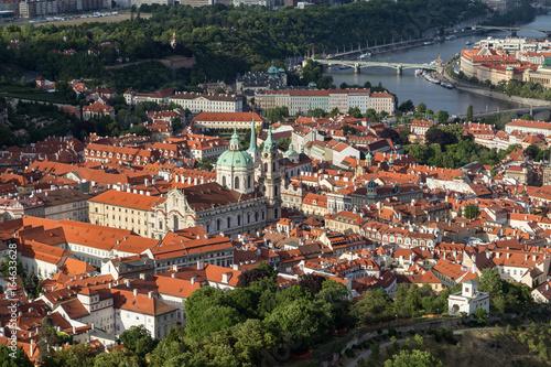 Plakat Widok z kościoła św Mikołaja i dzielnicy Mala Strana (małopolskie miasto) w Pradze, Czechy, z góry.