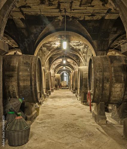 Fototapeta piwnica   stare-drewniane-beczki-z-winem-w-skarbcu-na-wino
