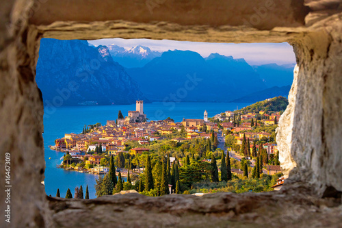 Fotografía Malcesine and Lago di Garda aerial view through stone window
