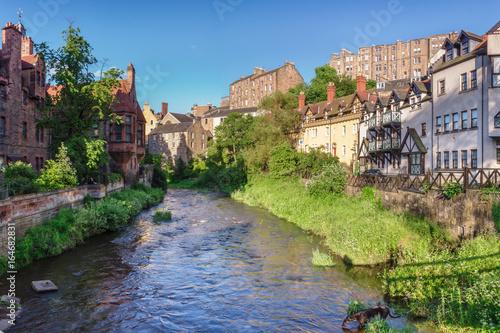 Plakat Malownicza Dean Village z wodą Leith. Edynburg, Szkocja, Wielka Brytania
