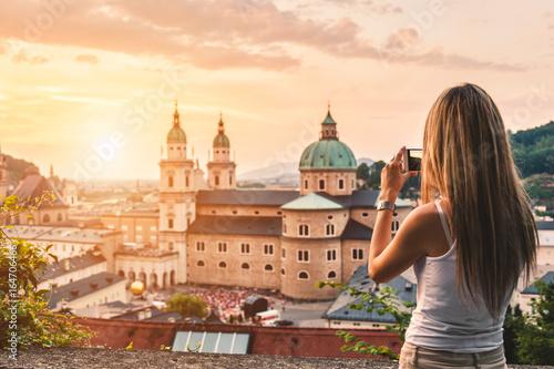 Fototapeta premium Turysta robi zdjęcie pięknego zachodu słońca w Salzburgu w Austrii