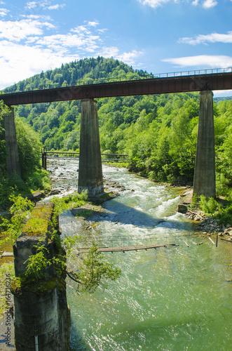 Photo sur Plexiglas Zen pierres a sable Mountain river and old bridge