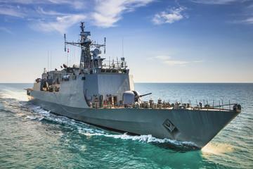 Sivi moderni ratni brod koji plovi morem