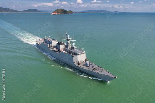 Photo Grey modern warship sailing in the sea