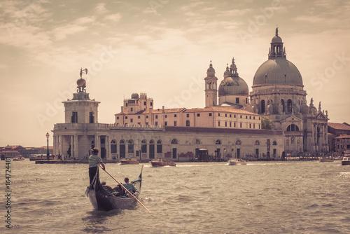 Spoed Fotobehang Gondolas The gondola with tourists in Venice
