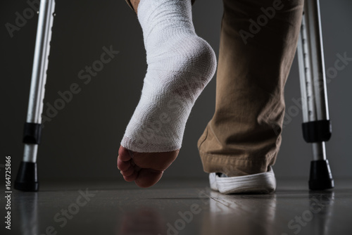 Canvas Print 足を怪我した男、松葉杖