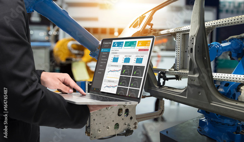 Photo  Male manager hand laptop for check real time production monitoring system application in smart factory industrial