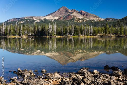 Góry o poranku z odbiciem w lustrze wody