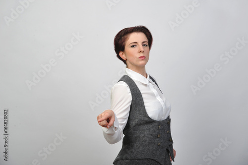 Fotografija  frau streng lehrerin kleid und bluse stehend