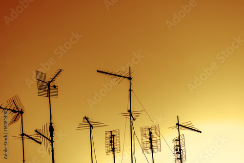 Skyline urbano con silhouette di antenne Fotobehang