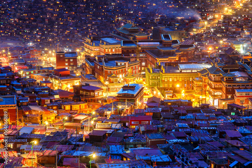 Fotografia Landmark in Sichuan, Top view night scene at Larung gar (Buddhist Academy) in Si
