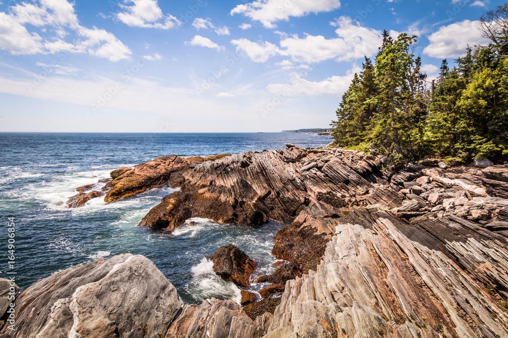 Fototapeta Scenic rocky shoreline in La Verna Preserve in Bristol, Maine, on a beautiful summer day
