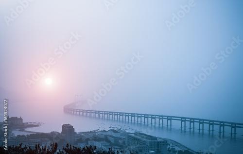 Fotografía  Puente de la bahía en la niebla de la mañana