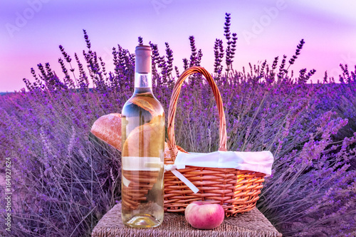 Stickers pour portes Pique-nique Bottle of white wine and picnic basket in lavender field