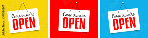 "Fotografia ""We're open"" sign"