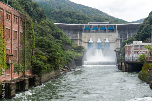 Photo sur Toile Barrage Dam water release