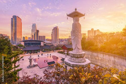 Photo Sunset at Bongeunsa temple of downtown skyline in Seoul City, South Korea