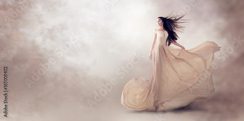 modelka-w-pieknej-luksusowej-sukience-plynacej-szyfonowa