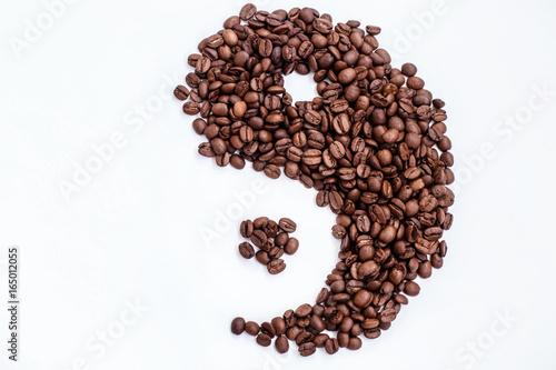 Plakat brązowe ziarna kawy w kształcie Yin i Yang na białym tle