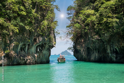 Photo sur Toile Noir Beautiful landscape of rocks mountain and crystal clear sea with longtail boat at Phuket, Thailand. Summer, Travel, Vacation, Holiday concept.