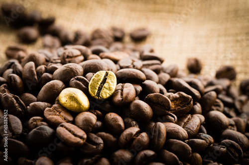 Fotografía Gold coffee beans on a pile of coffee beans